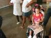 nina-en-silla-de-ruedas-leyendo-un-libro-que-recibio-en-la-actividad-cultural