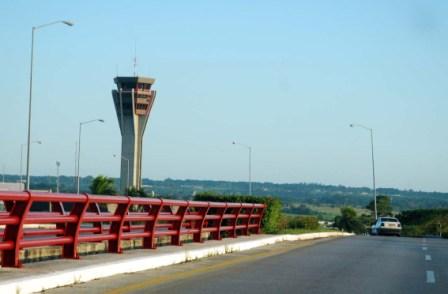 Control tower at Havanas International Airport.  Photo: Caridad