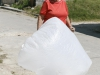 anciana-del-pueblo-de-jaruco-con-una-bolsa-para-la-basura