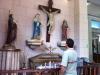 peregrino-hace-pedido-a-santos-y-virgenes-en-el-templo-san-lazaro