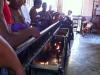 vista-personas-frente-al-altar-san-lazaro-hacen-ofrendas
