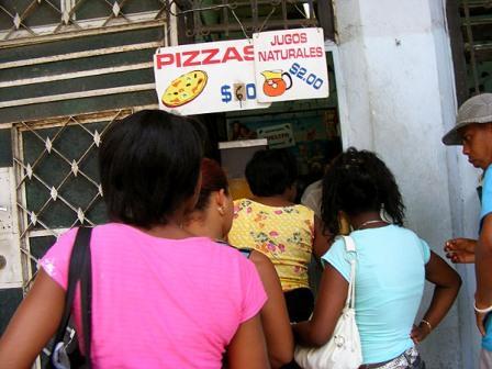 Private pizza and juice vendor.  Photo: Elio Delgado