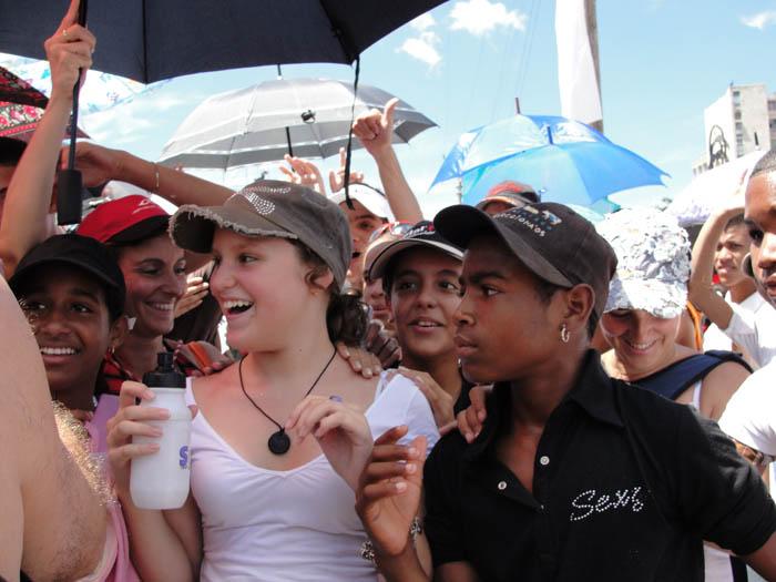 Cuban teenagers at the Juanes concert.  Photo: Elio Delgado