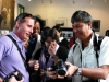 Iván Recalde (Colombia) shows his photos to the Cubans