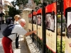 Tourists and people from the community enjoy the photos of the Venezuelans (Ciudad Compartida/Shared City)