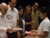 0006 La mejor graduada del grupo de estudiantes chinos, Hing Wang (Belkis), recibe su título de manos del vicepresidente cubano, Doctor José Ramón Machado Ventura.