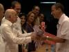 0008 Otro de los mejores graduados cubanos, Ernesto Pelegrini, recibe su título de manos del Vicepresidente cubano.