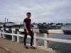 adolescente-cruzando-el-puente