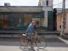 hombre-en-bicicleta-y-cajero-atm