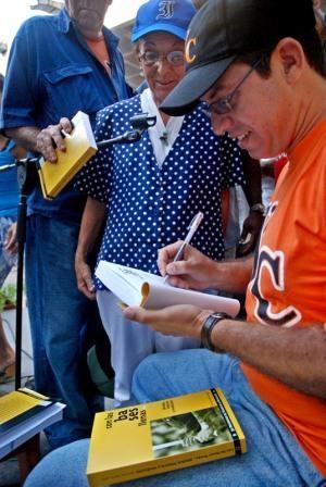 En el Pabellón Cuba se realiza la presentación del libro sobre beisbol  Bases Llenas.