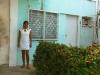Marialys en la puerta de la casa donde detuvieron a su padre