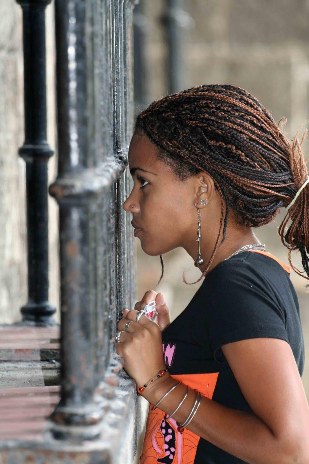Mirando tras la reja de la ventana colonial.  Carlos Durá