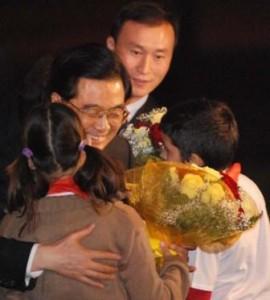 Cuban Students Welcome Hu Jintao