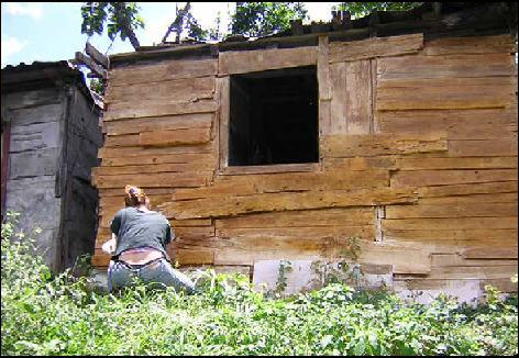Grethell Rasua provides color to a house using a varnish made of the excrement of the family who lives there. (Dual 2005)