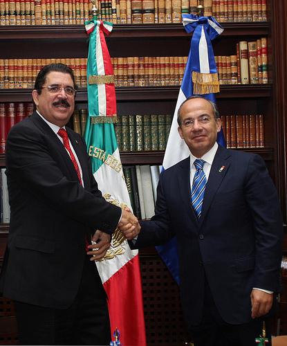 Ousted Honduran president Manuel Zelaya, left, accompanied by Mexican president Felipe Calderon during a recent visit to Mexico, photo:Alfredo Guerrero/ Gobierno Federal