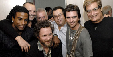 Juanes with other artists and organizers of the Peace without Borders concert upon his arrival in Havana.  Photo: Roberto Suarez, Juventud Rebelde newspaper.