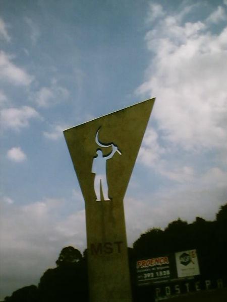 Monument by Brazilian architect Oscar Niemeyer dedicated to the MST.  Photo: Wikimedia Commons