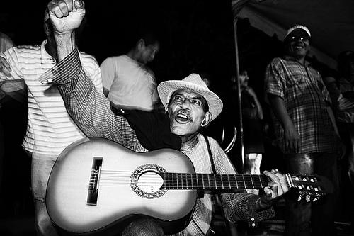 Singing for Zelaya's return to office.  Photo: Delmer Membreño