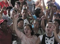 Demanding that President Zelaya be reinstated.  Photo: Giorgio Trucchi, rel-UITA