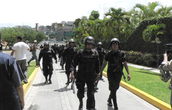 Honduras begins another week with the police and military deployed on the streets.  Photo: Giorgio Trucchi, rel-UITA
