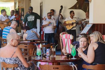 Turismo en La Habana.  Photo: Juan Suarez