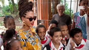 Beyonce with Cuban grade school students.  Photo: cubadebate.cu