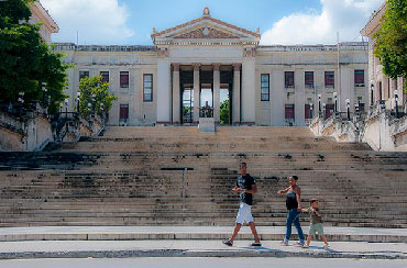 Alfredo Guevara didn't want his remains to rest in a cemetery, preferring to steps of the  University of Havana. Photo: Raquel Perez