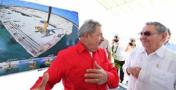 El expresidente brasileño Luiz Inácio Lula da Silva con el presidente cubano, Raúl Castro, en La Habana (Cuba).  Foto: infolatam.com