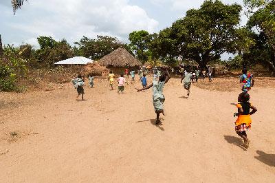 Children running at the entrance of the community of Mokpangumba 2/2013.