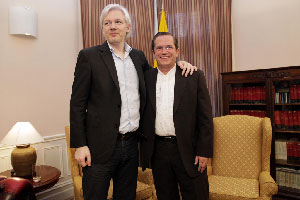 Julian Assange of WikiLeaks and Foreign Minister Ricardo Patiño in the recent meeting at the Ecuadorian embassy in London.  Foto. cancilleria.gob.ecu