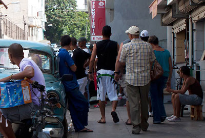 Cuban State stores are always surrounded by a group of individuals offering customers products hoarded the day before. (Photo: Raquel Perez)