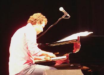 Roberto Carcasses in concert. Photo: decubajazz.cult.cu