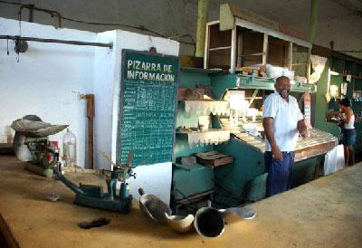 "A Cuban neighborhood ""bodega"" where rationed goods are sold. Foto: cubadebate.cu"