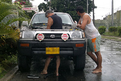 Restrictions on the purchase of automobiles force many Cubans to overhaul their vehicles. Photo: Raquel Perez.