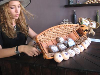 Ingrid García Aldama, prima de Sandra, vendedora, también realiza postales con plantas herborizadas.
