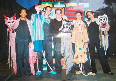 """With the actors and actresses of """"La Calle de los Fantasmas."""""""