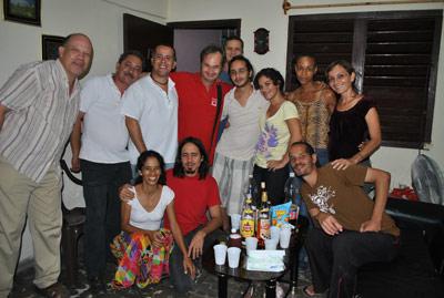 Isidro Estrada (r) con una parte de los que contribuyen a HT.