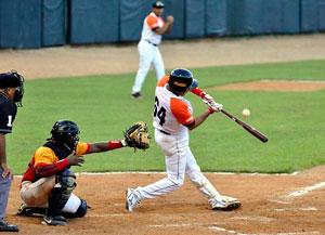Yulexis la Rosa decidió con doble el choque inaugural para los campeones de Cuba. (Foto: C. Vilches / baseballdecuba.com)