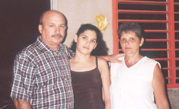 Felix Navarro, daughter Saylí and wife Sonia (Photo via Payo Libre.)