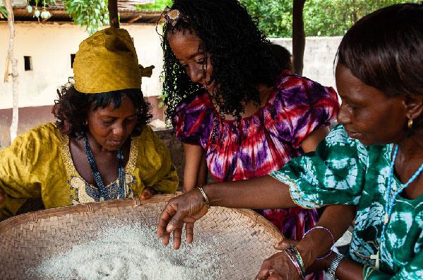 Elvira (c) y Lucie (l) cleaning rice in Sierra Leone, April 2013. Photo: Sergio Leyva
