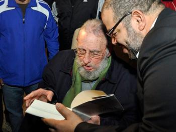 """Fidel le dedica su libro a Kcho: """"Para Kcho, genio de la cultura y la educación, con el sincero reconocimiento por la nobleza con que consagra su vida a la felicidad de los demás"""". Foto: Estudios Revolución"""