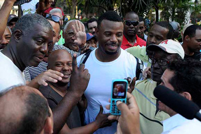 Griffey (white T-shirt) and Larkin were surprized to see they had so many fans in Cuba.