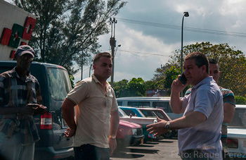 Store manager Fernando Casas and his boys preventing the car of our photographer from leaving. He said he was talking with Military Counterintelligence on his modern cell phone, worth months of wages of a Cuban doctor.