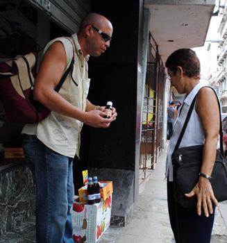 Street vendor on Havana's Neptuno St.  Photo: Caridad