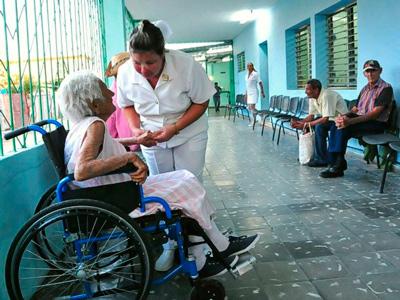 Personas reciben cuidados en institución para ancianos de Cruces, provincia de Cienfuegos. Foto: 5 de Septiembre