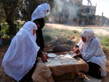 Baking bread the traditional way.  Photo: Khan Younis