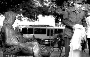 En La Habana, Fidel Castro develó junto al cantautor Silvio Rodríguez una estatua de Lennon de tamaño natural en el  parque de 17 y 6.