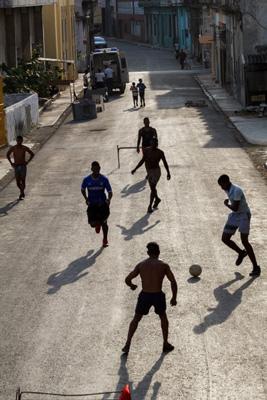 Futbo callejero en La Habana.  Foto: Juan Suárez