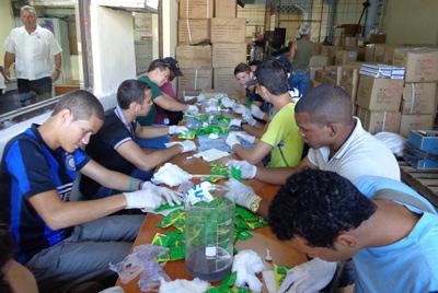 Packaging condoms.  Photo: trabajadores.cu