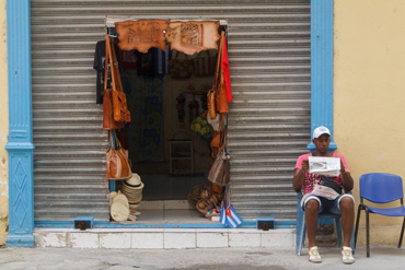 Private seller of leather and other artisan goods.  Photo: Juan Suárez